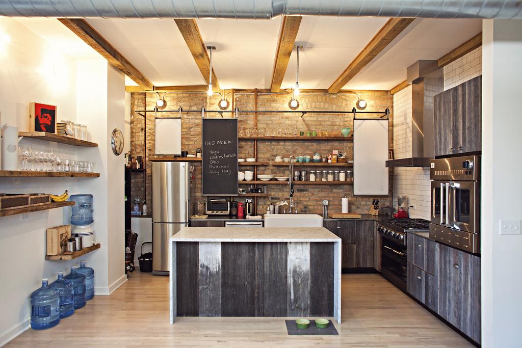 Для отделки кухонного фартука можно применить предельно простую монохромную плитку или жестяные листы